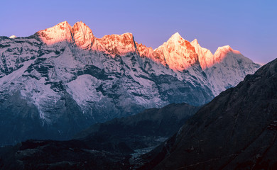 Poster Centraal-Amerika Landen Delightful row of majestic peaks in the first rays of the rising sun. Magical magnificent sunrise in Solukhumbu valley in Himalayan mountains; trekking to Everest base camp, Nepal