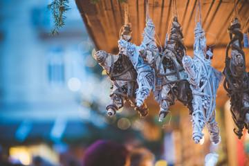 Weihnachtssterne auf einem Weihnachtsmarkt