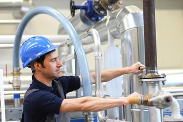 Portrait Monteur/ Arbeiter in einer Industrieanlage am Arbeitsplatz // Portrait of a fitter/worker in an industrial plant at the workplace