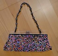 perlenbesetzte Handtasche