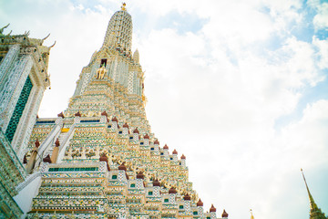 Fototapete - Wat arun ratchawararam buddhist temple against blue sky with cloud