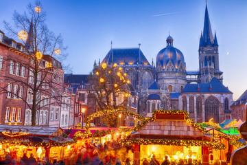 Weihnachtsmarkt rund um das Rathaus in Aachen