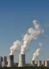 Modernes Kohlekraftwerk mit blauem Himmel als Hintergrund, Hochformat