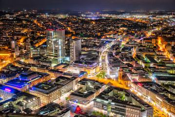 Übersicht über die Innenstadt von Frankfurt am Main am Abend