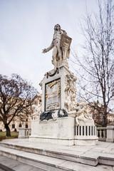 Fototapete - Wolfgang Amadeus Mozart Statue in Vienna, Austria.