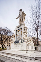 Fotomurales - Wolfgang Amadeus Mozart Statue in Vienna, Austria.