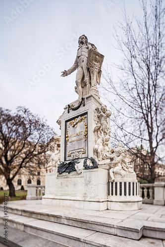 Wall mural Wolfgang Amadeus Mozart Statue in Vienna, Austria.