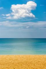 Strand, Meer und Wolke auf Koh Lanta in Thailand