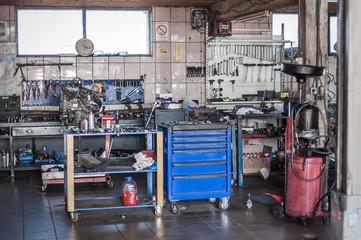 Fototapeta Mechanic tool set in auto vulcanizing and vehicle service workshop obraz