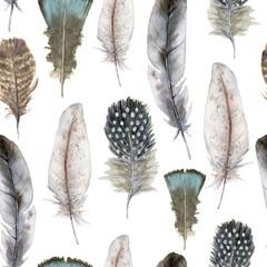 Modèle sans couture de plume d& 39 oiseau aquarelle pour Pâques. Plumes bleues, rayées et à pois peintes à la main isolées sur fond blanc. Illustration de la faune pour la conception, l& 39 impression, le tissu ou l& 39 arrière-plan.