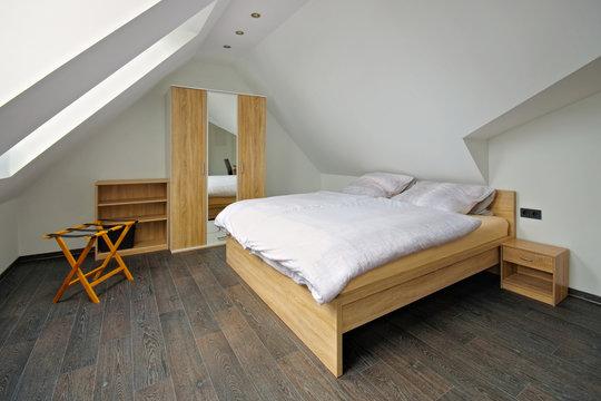 ein helles modernes Schlafzimmer - a bright friendly bedroom