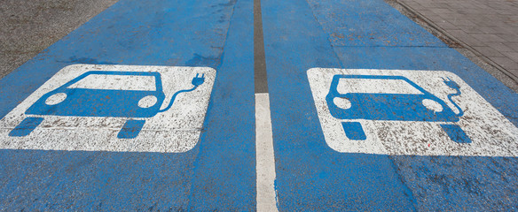 Parkplatz mit Ladestation für Elektroautos