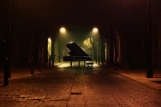 Piano de cola en la calle de la ciudad por la noche.Música romántica.