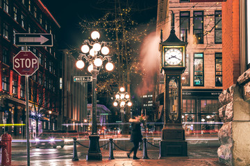 Photo sur cadre textile Canada The famous Steam Clock in Gastown in Vancouver city with cars light trails at night