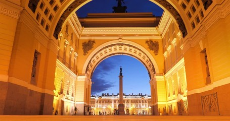 Fotobehang - Zoom into Triumphal Arch leading to Palace Square in Saint Petersburg, Russia at night. 4K UHD timelapse