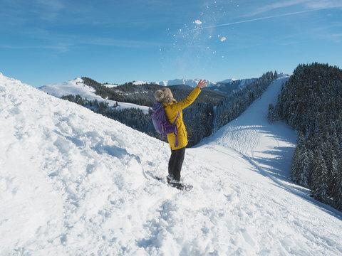 Bayerische Alpen - Frau wirft Schnee