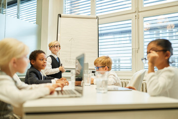 Gruppe Kinder spielt Business Team Meeting