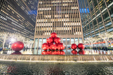Wall Mural - NEW YORK CITY - DECEMBER 2018: Red Christmas Balls on a fountain along Fifth Avenue at night