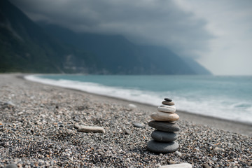 Stores à enrouleur Zen pierres a sable stack of stones on the blue beach