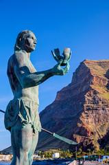 Bronze Statue Hautacuperche auf der Insel La Gomera am Strand in Valle Gran Rey.