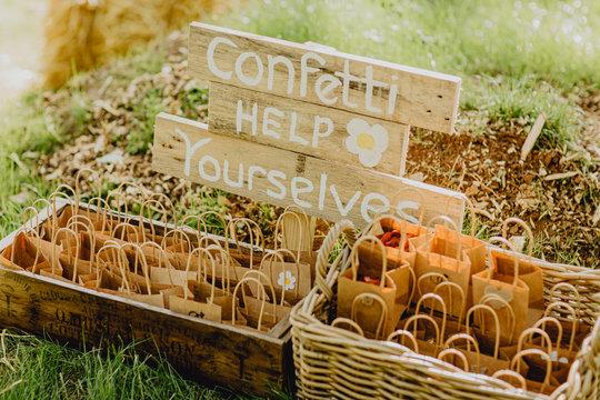Jeter des confettis aux mariés