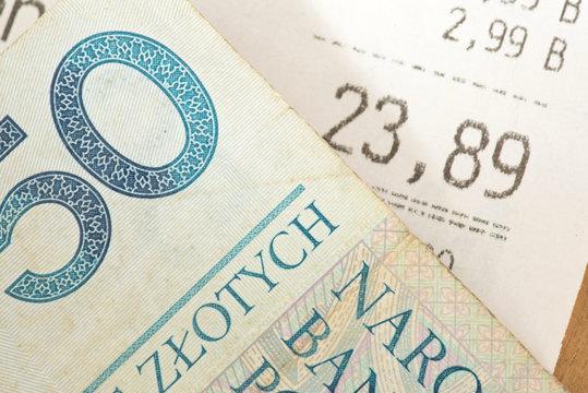 Ein Kassenbon und Geldschein Polnische Zloty PLN