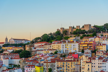 Foto auf Leinwand Pool Sunset view over Sao Jorge castle in Lisbon, Portugal