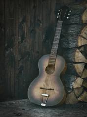 Gitarre an Holzstapel