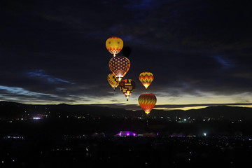 Zelfklevend Fotobehang Ballon Illuminated hot air balloons at night