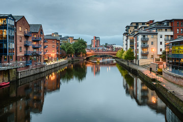 Apartments and other waterfront buildings along the River Aire, Leeds, West Yorkshire, England, UK Fotomurales