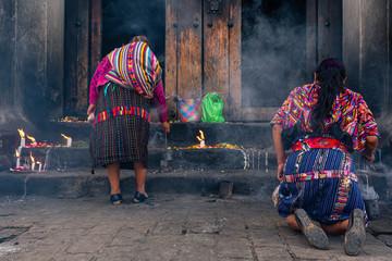 Fototapeta Mujeres mayas están en una ceremonia religiosa en la Iglesia de Santo Tomas Chichicastenango Guatemala. obraz