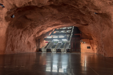 Türaufkleber Stockholm Exposed bedrock at the Radhuset Station in Stockholm, Sweden.