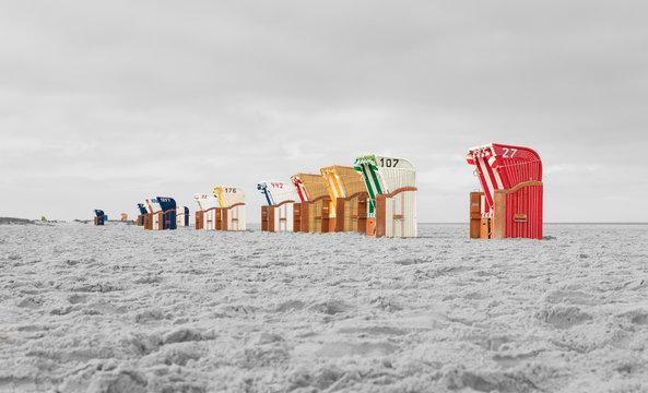 Farbige Strandkörbe am Meer