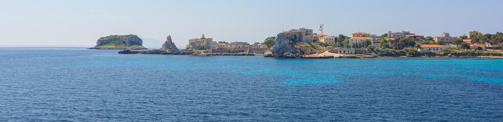 Fond de hotte en verre imprimé Piscine Isola Pianos vom blauem Meer aus gesehen