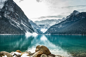 Deurstickers Bergen Lake louise panorama in winter with snow covered mountains, Banff National Park, Alberta, Canada