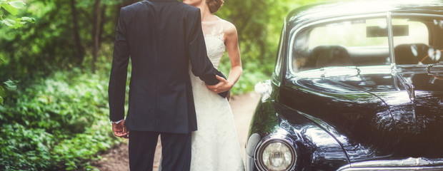 Poster Vintage voitures Luxury wedding couple embracing near retro car