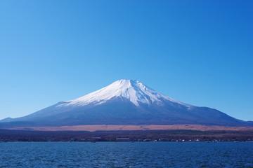 澄み切った青空と富士山と山中湖
