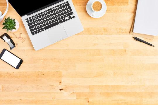 ノートパソコンとコーヒー木目のデスク