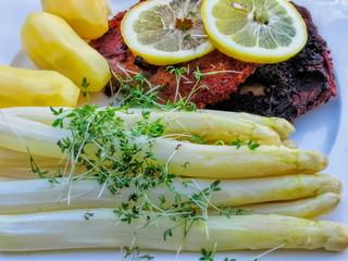 frischer spargel mit kräuterkeimlinge, zitrone und fleisch