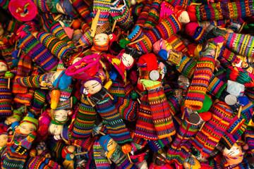 En la caja hay muchas muñecas quita penas hecha en Guatemala.