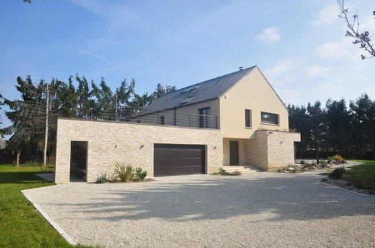 Maison crépi avec garage en briques de parement