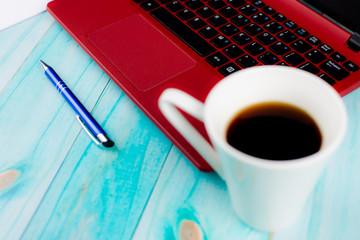 Fototapeta Niebieski długopis na czerwonym laptopie obraz