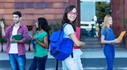 Junge Studentin mit Brille vor der Uni