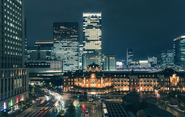 Photo sur Aluminium Tokyo Beautiful urban cityscape with Tokyo station under twilight sky and neon night in Marunouchi business district, Japan