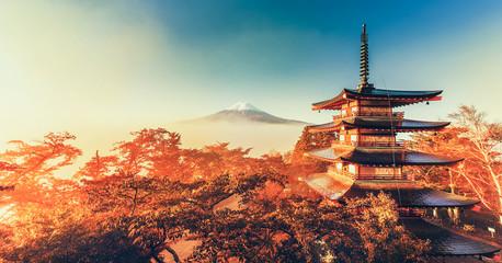 In de dag Bomen Mt. Fuji and Chureito Pagoda with cloud sea at dawn, Japan.