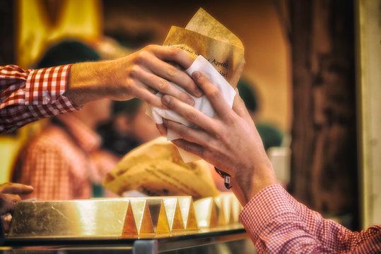 Hände die gekaufte Ware an einem Imbiss übergeben. Hände, sie schaffen die Verbindung in unsere Umwelt.