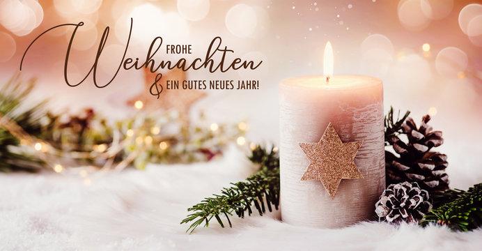 Romantische Winter und Weihnachtsgrüße - Brennende Kerze mit goldenem Stern und natürliche Dekoration mit Kiefernzweigen und Tannenzapfen, Funkeln und Glitter auf hellem Hintergrund