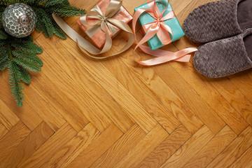 Boże Narodzenie - tło drewniane, prezenty, kapcie, gałązka jodły, bombka i miejsce na tekst