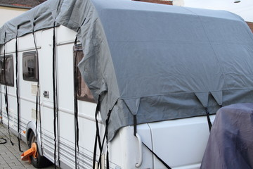 ein Wohnwagen mit einer Abdeckplane