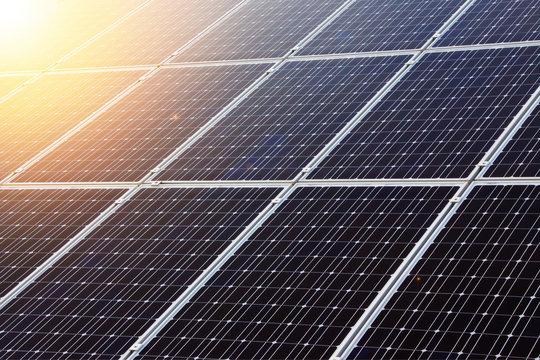 ソーラーパネルと逆光イメージ